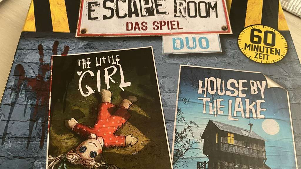 Escape Room Duo Cover Verpackung Puppe Huette See Boot Noris